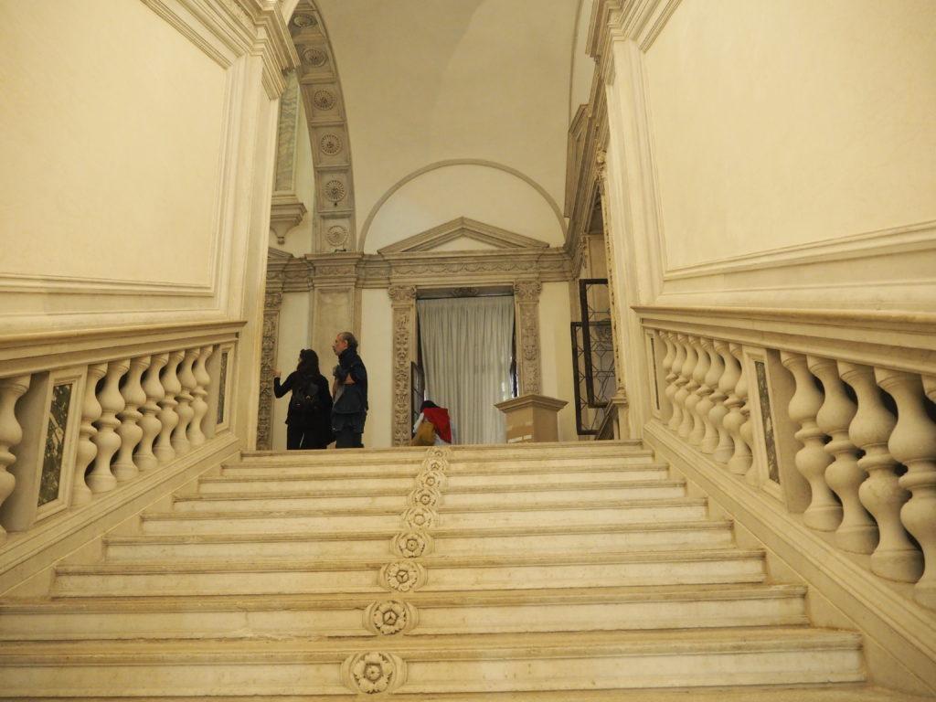 ヴェネツィアのスクオーラ・グランデ・ディ・サン・ロッコ(Scuola Grande diSan Rocco)のシンプルな階段