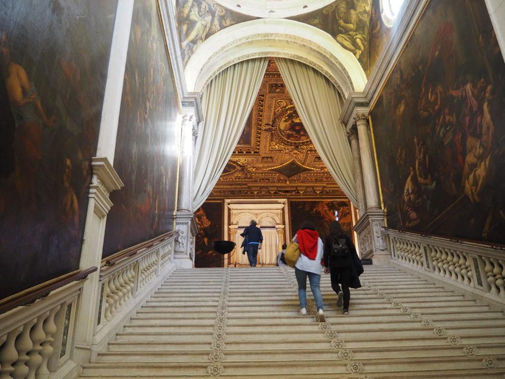 ヴェネツィアのスクオーラ・グランデ・ディ・サン・ロッコ(Scuola Grande diSan Rocco)のスカルパニーノ設計の大階段