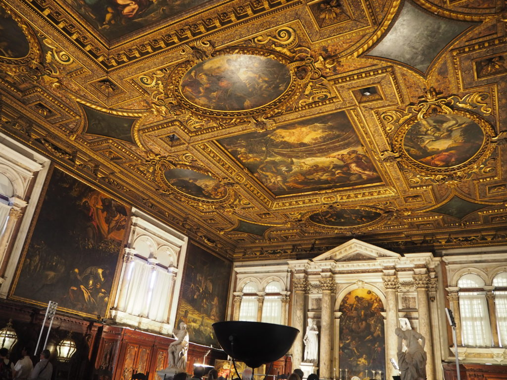 ヴェネツィアのスクオーラ・グランデ・ディ・サン・ロッコ(Scuola Grande diSan Rocco)の2階大広間(Sala Capitolare)のティントレットの絵画