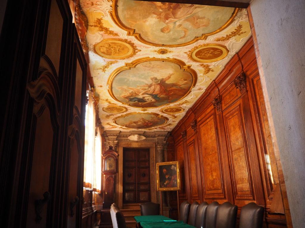 ヴェネツィアのスクオーラ・グランデ・ディ・サン・ロッコ(Scuola Grande diSan Rocco)の2階大広間(Sala Capitolare)の隣にある小部屋