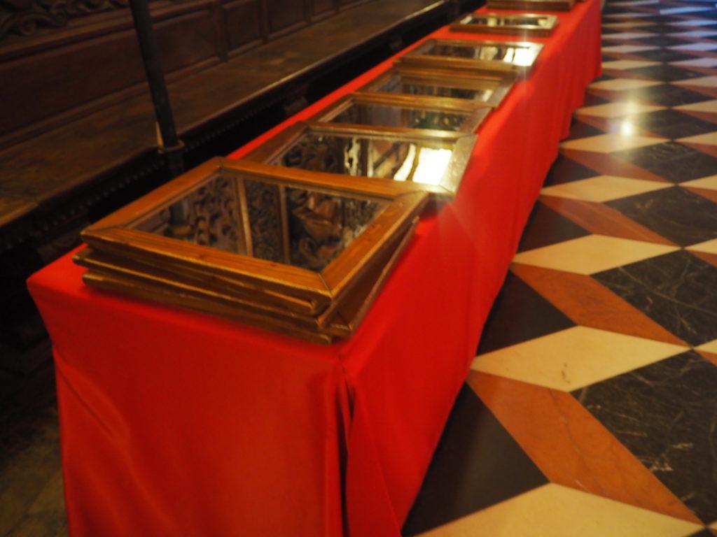 ヴェネツィアのスクオーラ・グランデ・ディ・サン・ロッコ(Scuola Grande diSan Rocco)の2階大広間(Sala Capitolare)に置いてある、天井画を見るための鏡