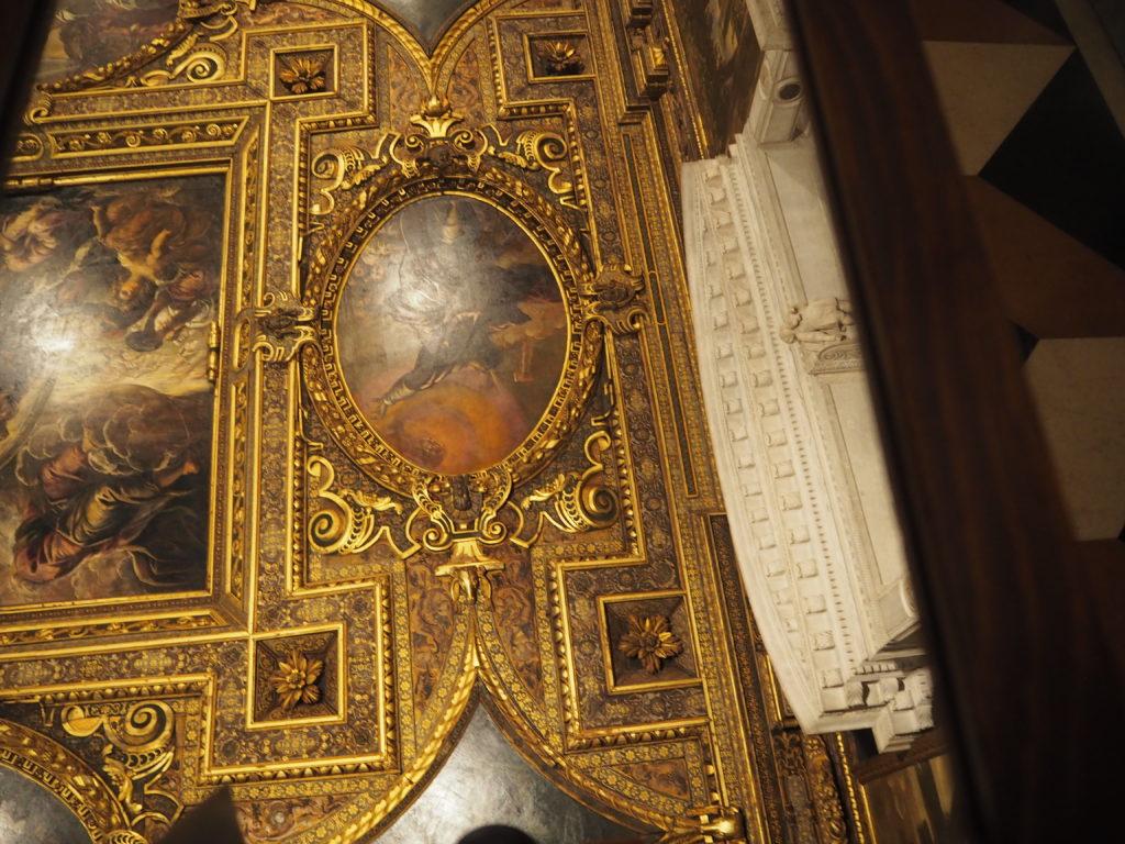 ヴェネツィアのスクオーラ・グランデ・ディ・サン・ロッコ(Scuola Grande diSan Rocco)の2階大広間(Sala Capitolare)に置いてある鏡で見たティントレットの天井画