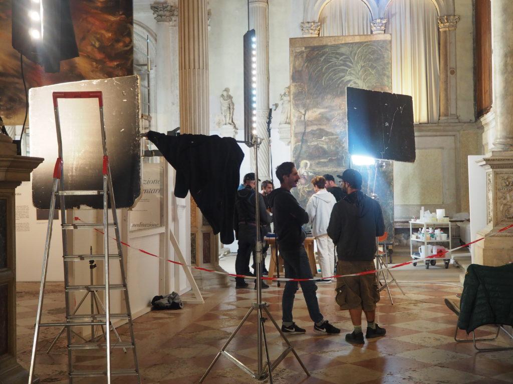 ヴェネツィアのスクオーラ・グランデ・ディ・サン・ロッコ(Scuola Grande diSan Rocco)の1階のエントランスホールで行われていた撮影の様子