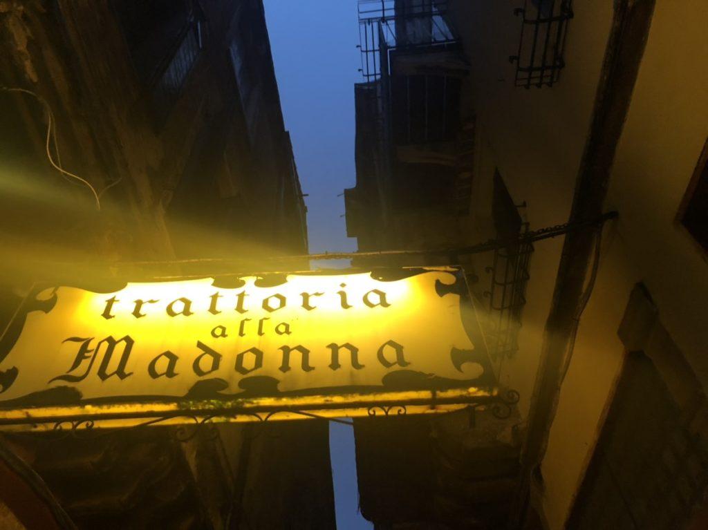 ヴェネツィアのトラットリア・アッラ・マドンナの目印となるサイン