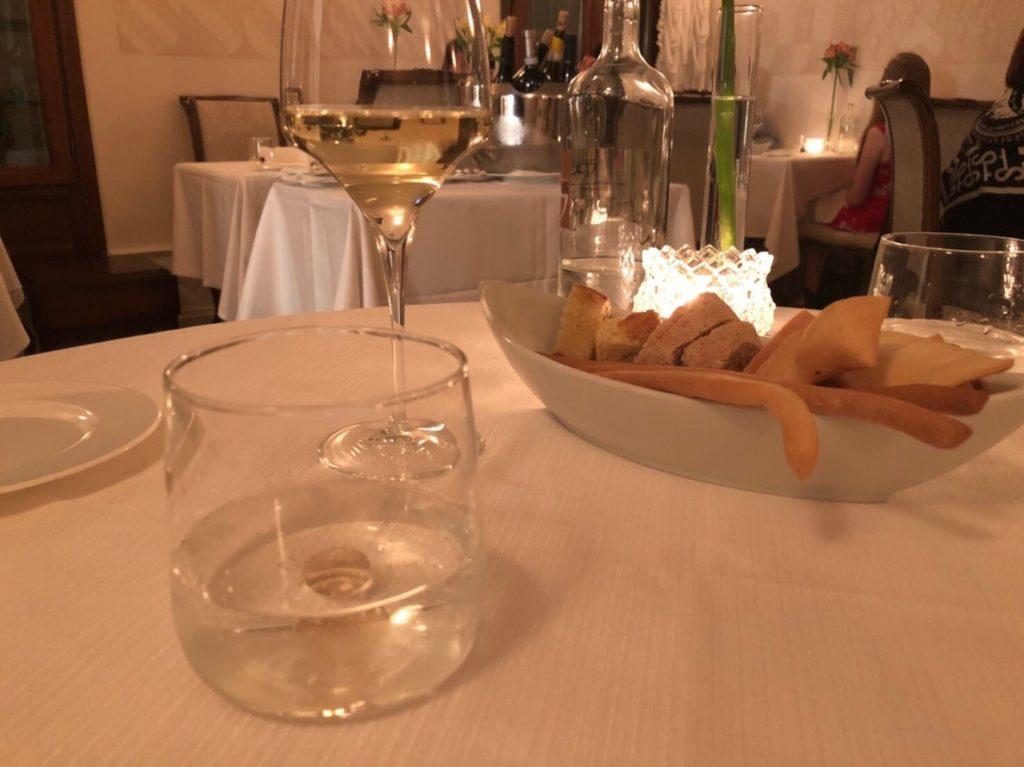 ヴェネツィアのリストランテ・アッレ・コローネ(Ristorante Alle Corone)のパンとワイン
