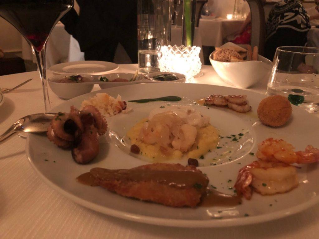 ヴェネツィアのリストランテ・アッレ・コローネ(Ristorante Alle Corone)のアンティパストの魚介盛り合わせ