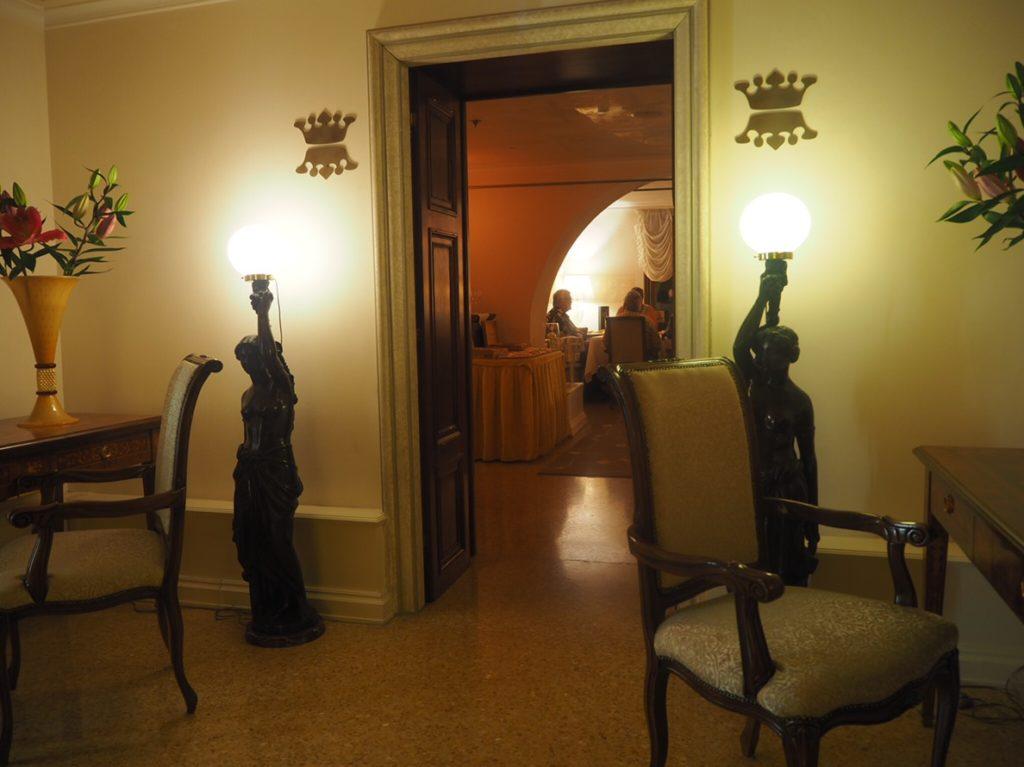ヴェネツィアのリストランテ・アッレ・コローネ(Ristorante Alle Corone)店内の様子