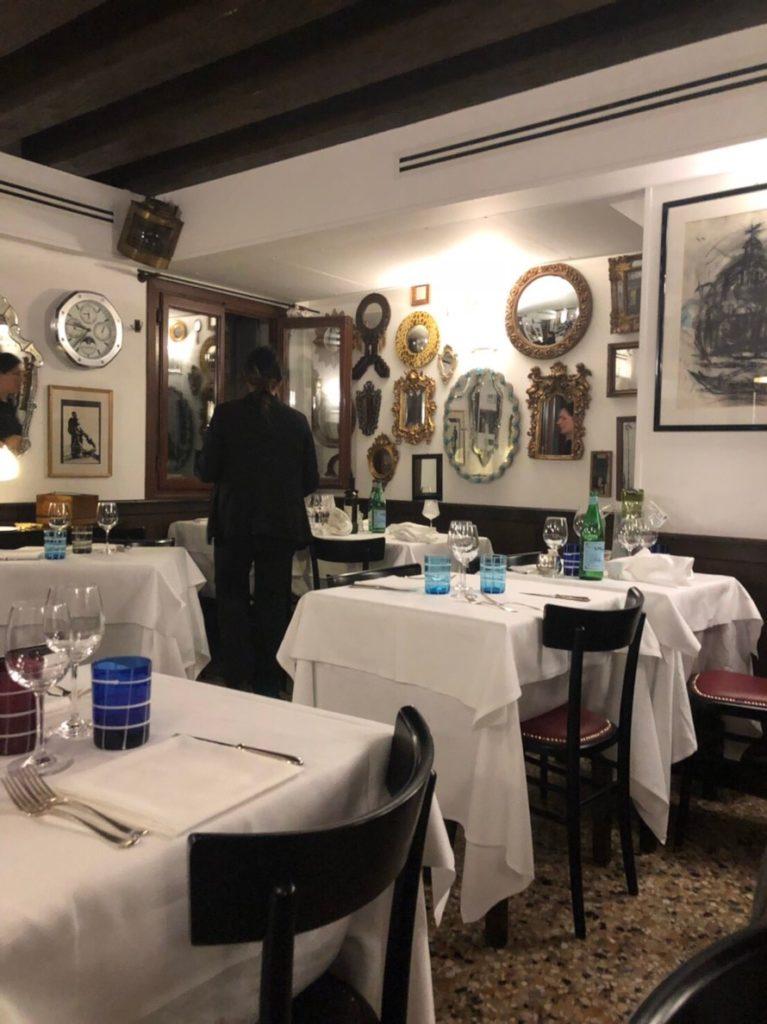 ヴェネツィアのレストラン、トラットリア・アンティケ・カランパーネ(Trattoria Antiche Carampane)店内の様子