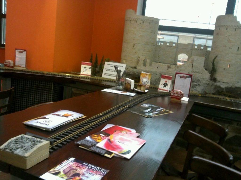 プラハの鉄道レストラン、Vytopna店内のテーブル上を走る線路