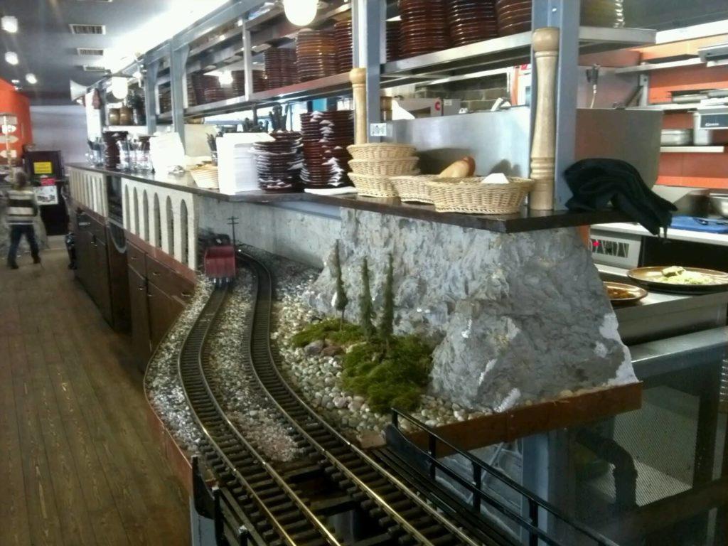 プラハの鉄道レストラン、Vytopna店内を駆け巡る模型列車の線路