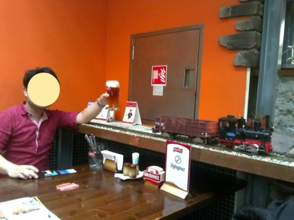 プラハの鉄道レストラン、Vytopnaで模型列車に運ばれてきたチェコビールを受け取った瞬間