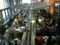プラハの鉄道レストラン、Vytopna店内で食事をする人々の様子