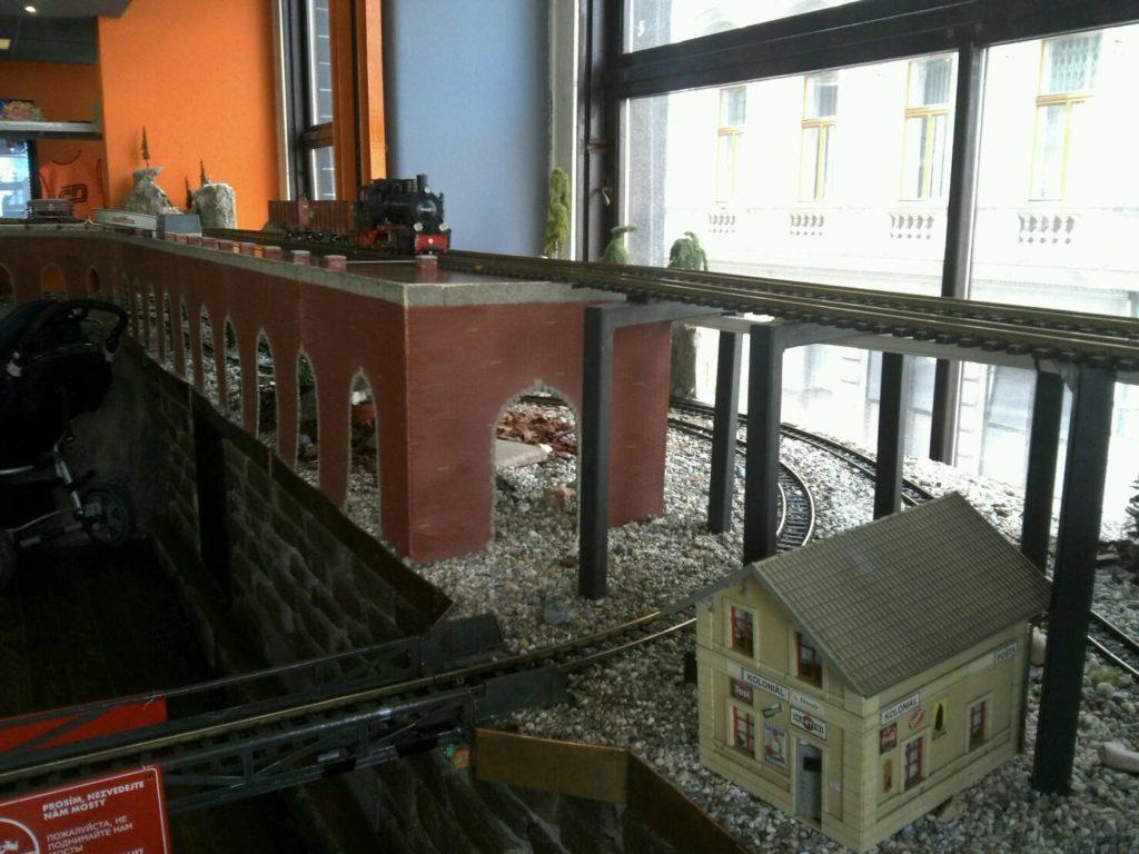 プラハの鉄道レストラン、Vytopna店内を駆け巡る線路を走る模型列車と橋