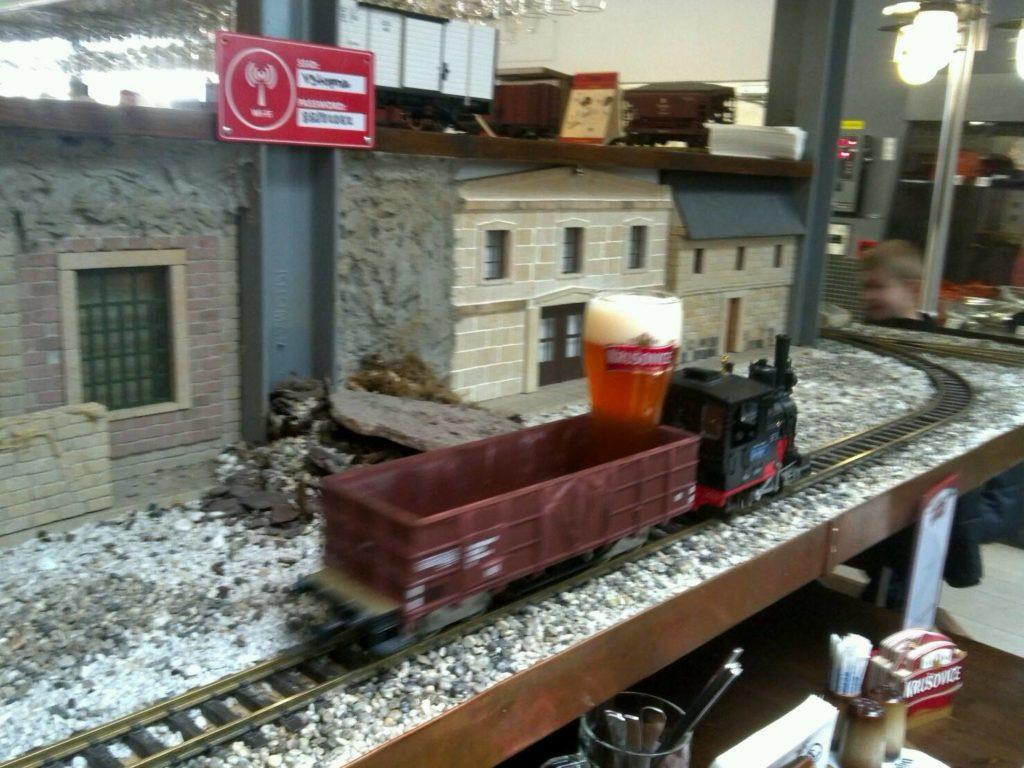 プラハの鉄道レストラン、Vytopnaで模型列車に乗って運ばれてくるチェコビール