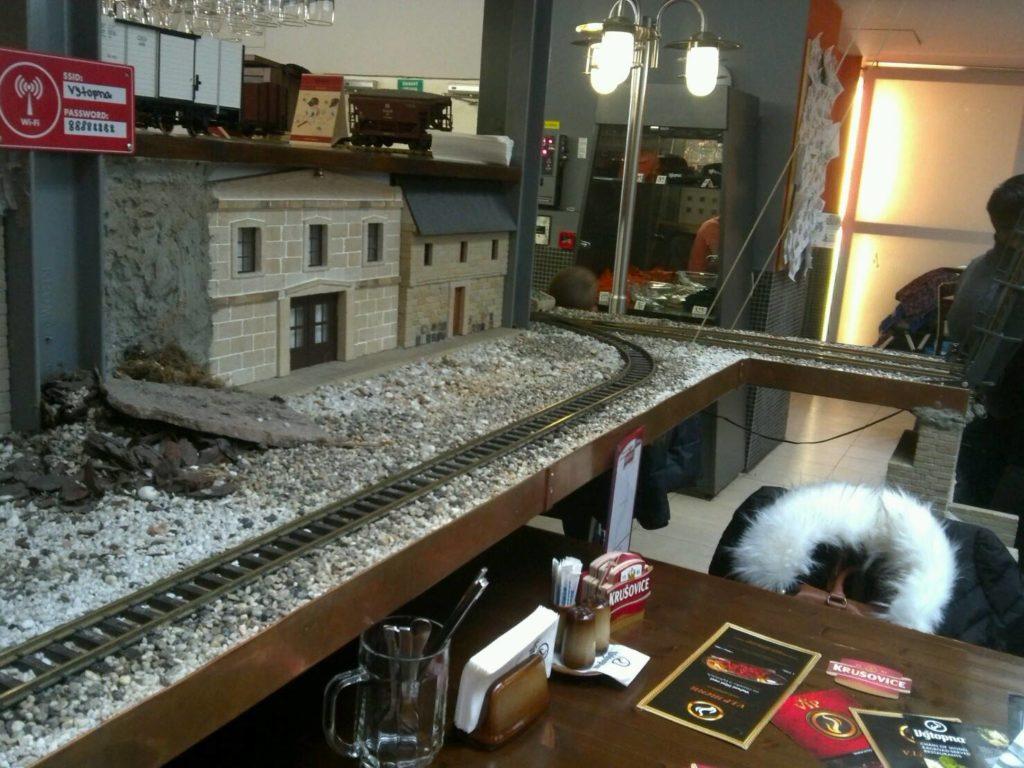 プラハの鉄道レストラン、Vytopna店内を駆け巡る模型列車の線路と家