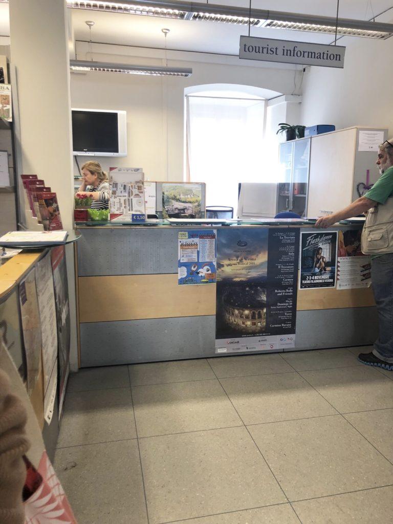 ヴェローナの観光案内所(IAT Verona Tourist Information Office)内の様子