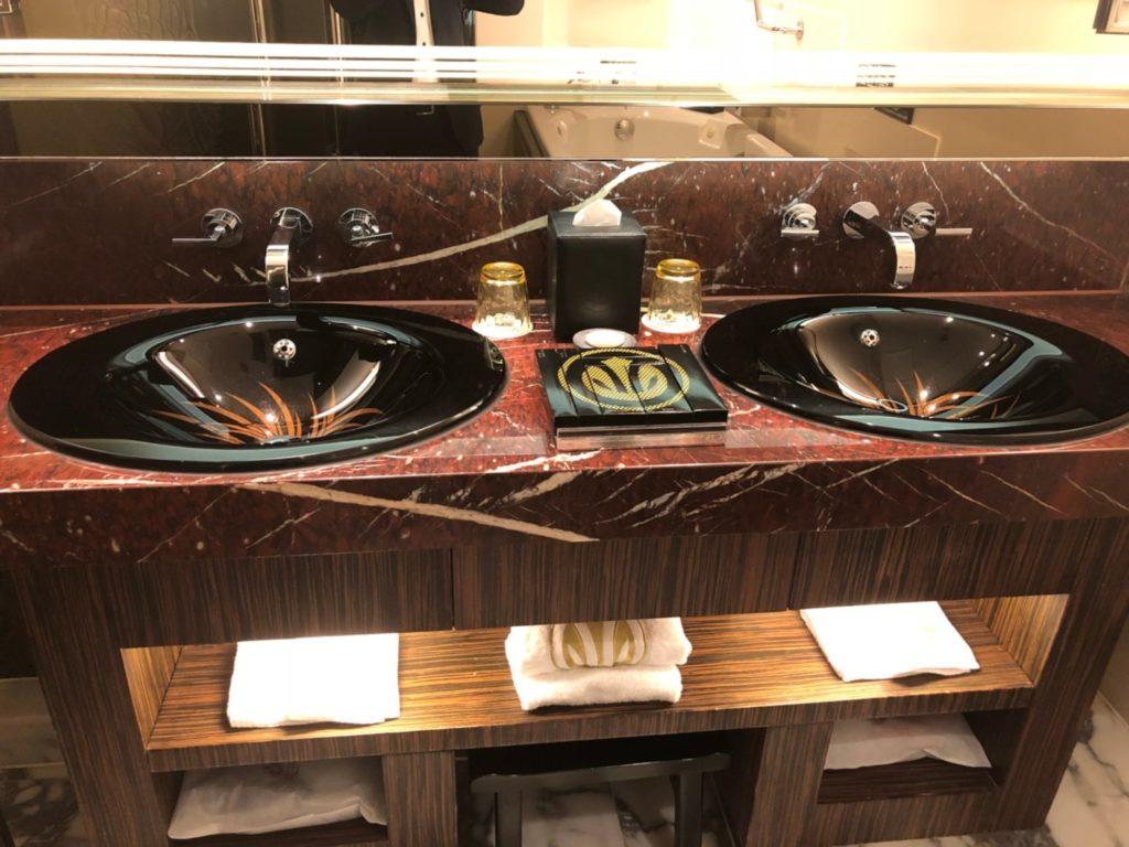 グランド・リスボア・マカオ(Grand Lisboa Macau)客室の洗面台シンクとエルメスのアメニティ