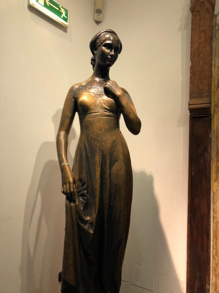 ヴェローナのジュリエットの家(Casa di Giulietta)の入り口にあるジュリエットの銅像
