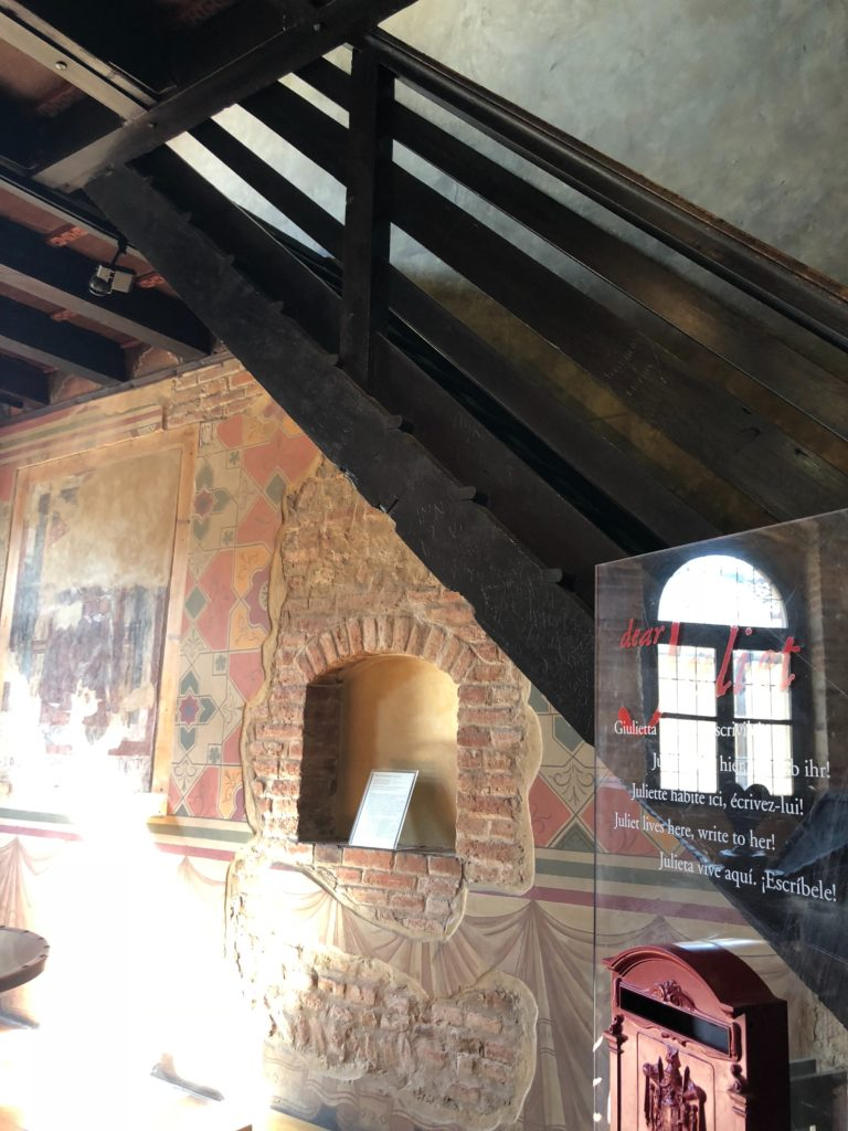 ジュリエットの家(Casa di Giulietta)の中にあるジュリエットへ手紙が出せるポスト