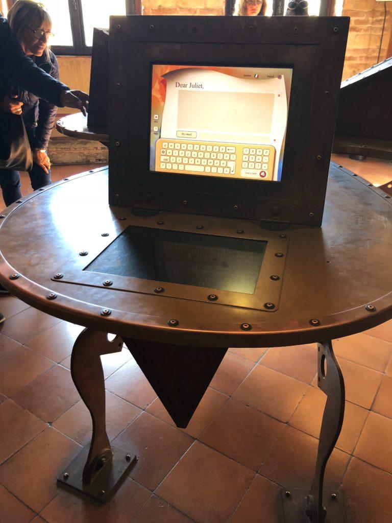 ジュリエットの家(Casa di Giulietta)の中のジュリエットへ手紙が書ける端末