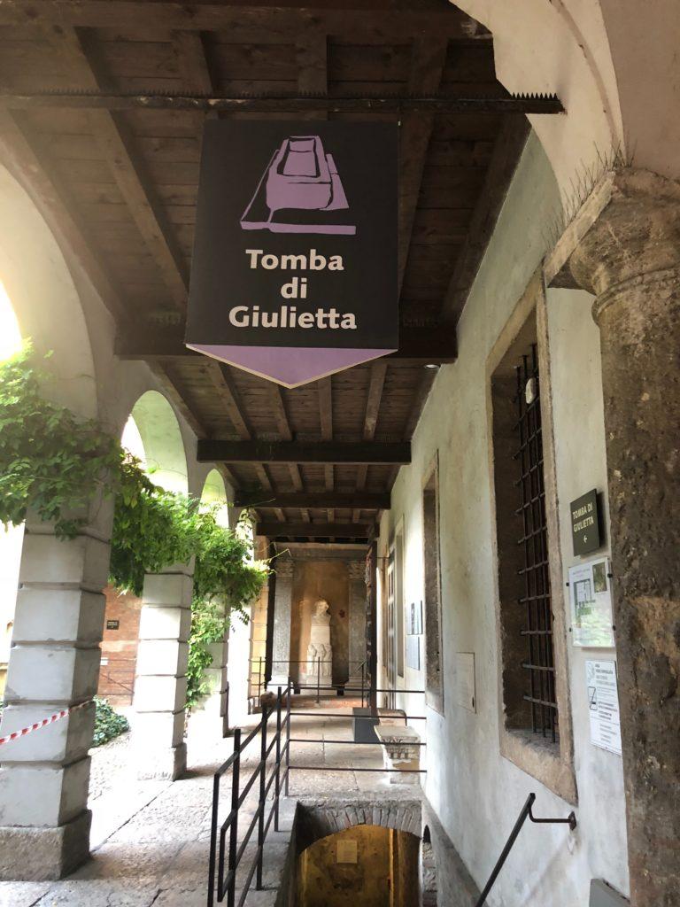 ジュリエットの墓(Tomba di Giulietta)のサイン