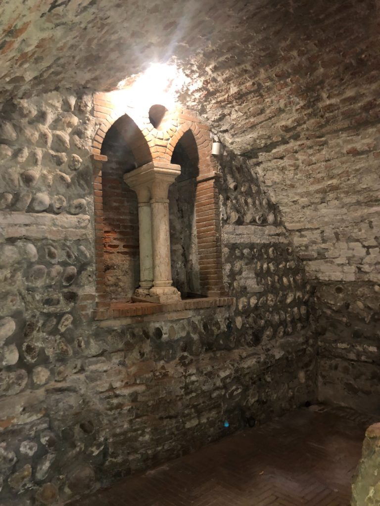 ジュリエットの墓(Tomba di Giulietta)の置かれている地下埋葬所の石造りの空間