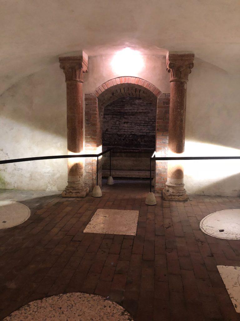 ジュリエットの墓(Tomba di Giulietta)の前のスペース