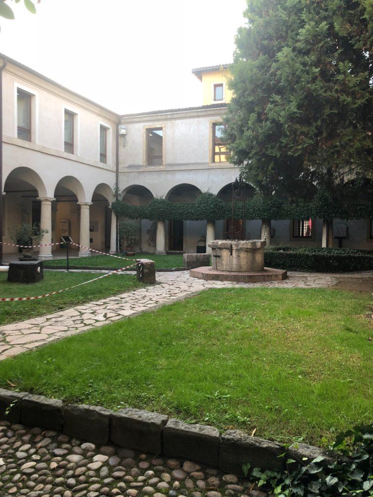 ジュリエットの墓の入っているカプチン派修道院の中庭