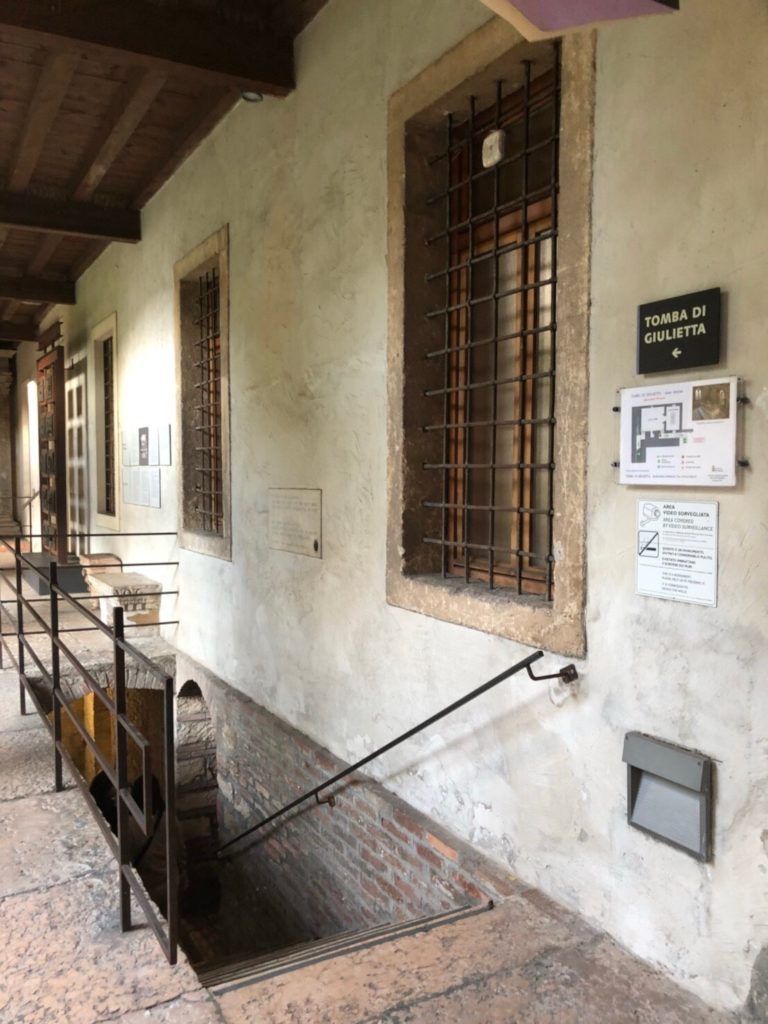 ジュリエットの墓(Tomba di Giulietta)へ続く階段