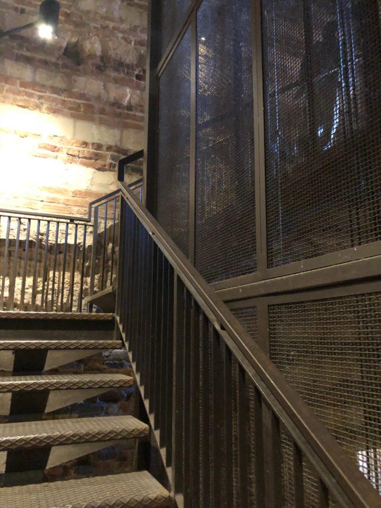 ランベルティの塔(Torre dei Lamberti)を上るエレベーターと階段