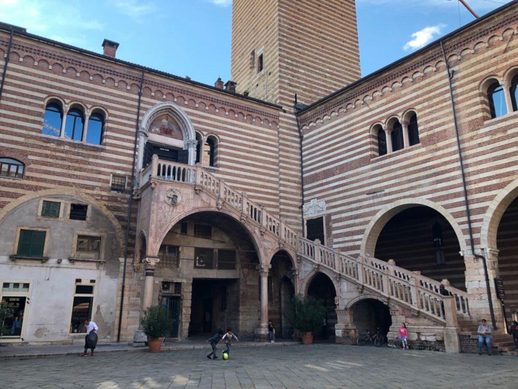 ヴェローナのアキッレ・フォルティ現代美術館(Galleria d'Arte Moderna Achille Forti)が入っているラジョーネ宮