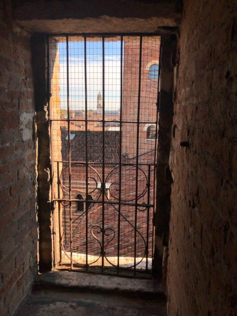ランベルティの塔(Torre dei Lamberti)の階段から外の見える窓