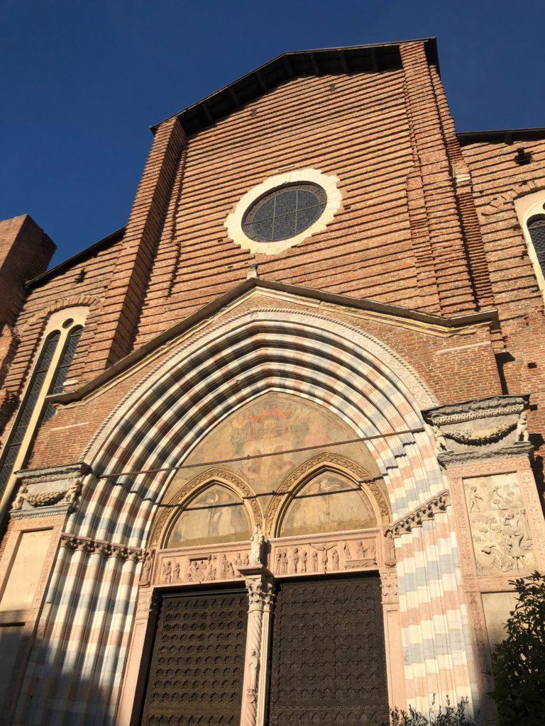 ヴェローナ最大のサンタナスターシア教会 (Basilica di S. Anastasia)正面外観
