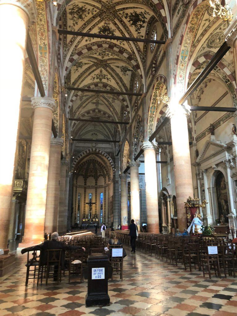 ヴェローナ最大のサンタナスターシア教会 (Basilica di S. Anastasia)内部の様子
