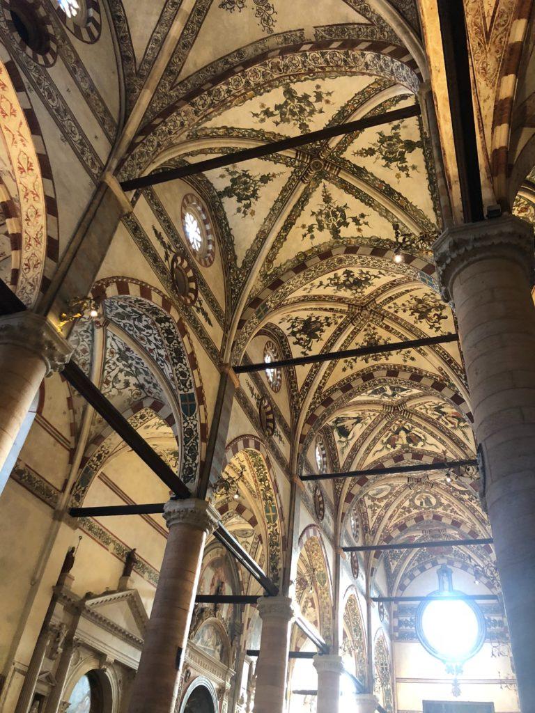 ヴェローナ最大のサンタナスターシア教会 (Basilica di S. Anastasia)の天井模様