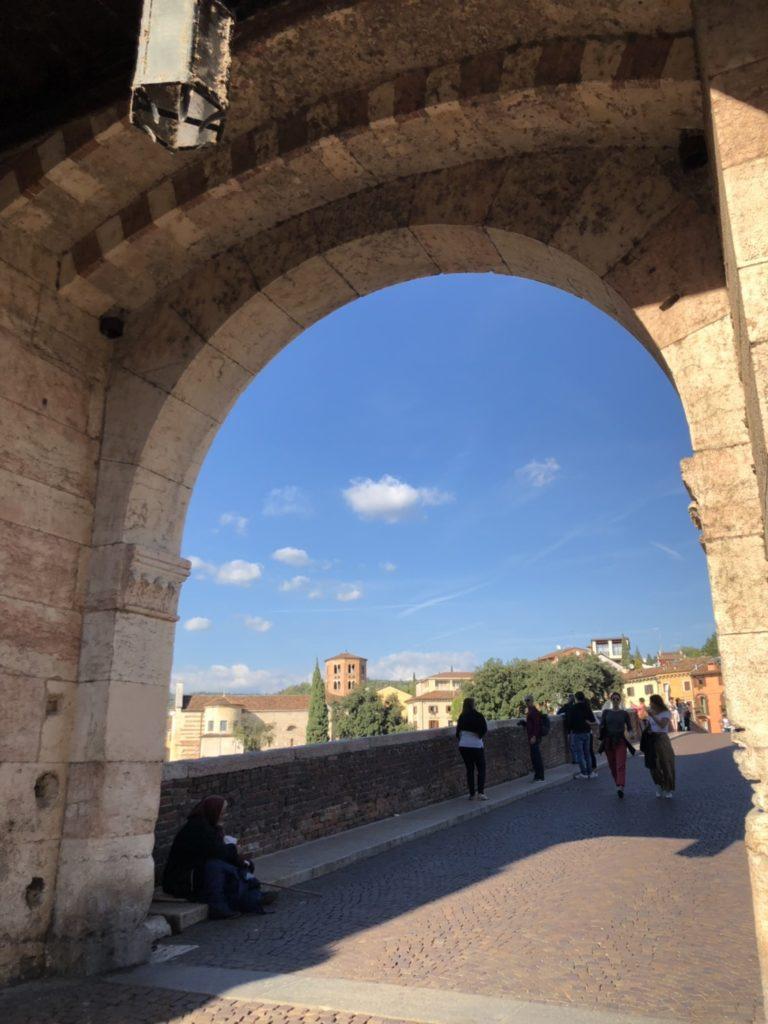 ヴェローナのピエトラ橋(Ponte d. Pietra)入り口