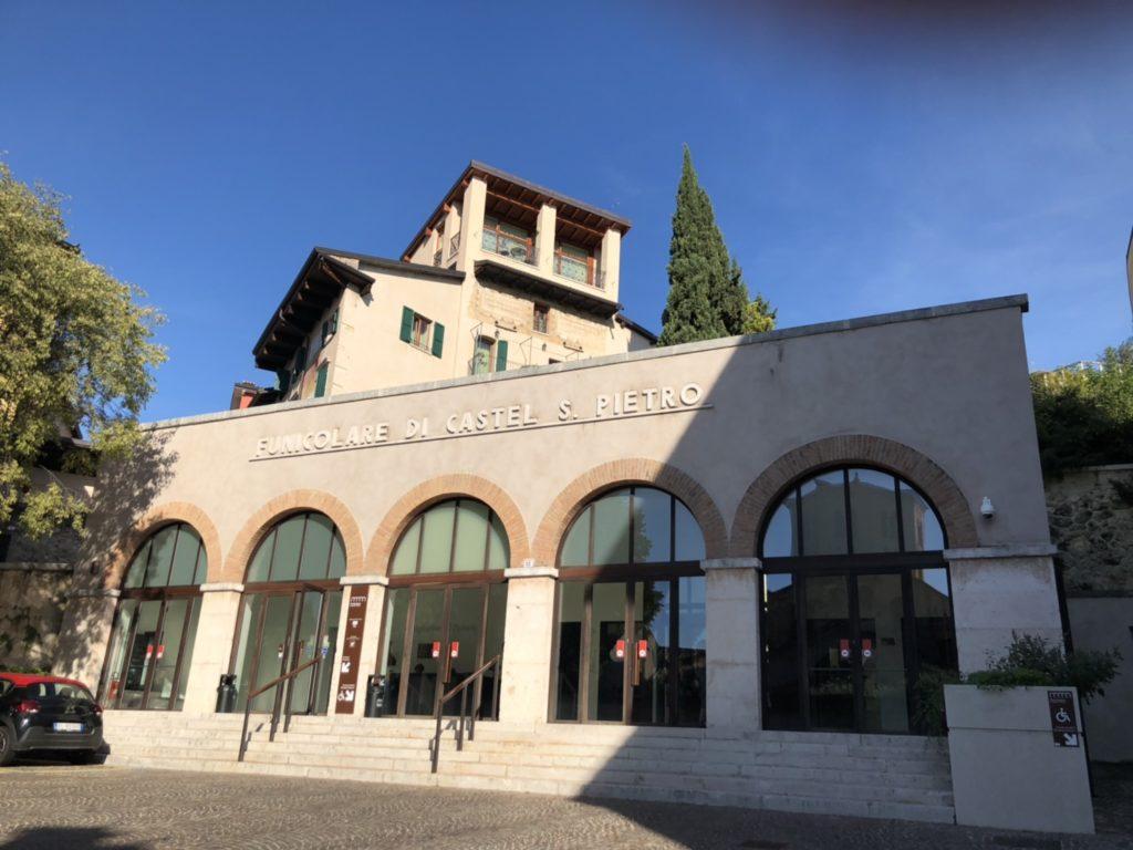 ヴェローナのサン・ピエトロ城(Castel San Pietro)のケーブルカー乗り場の外観