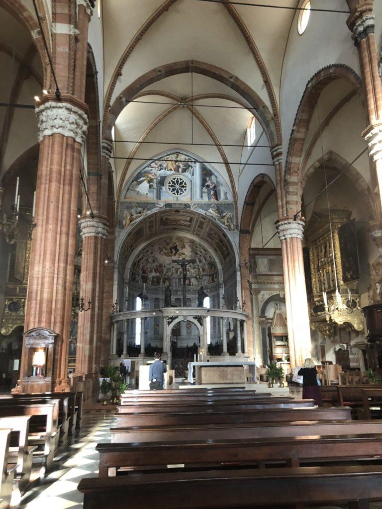 ヴェローナのドゥオーモ(Duomo di Verona)内の様子。大理石の柱など。