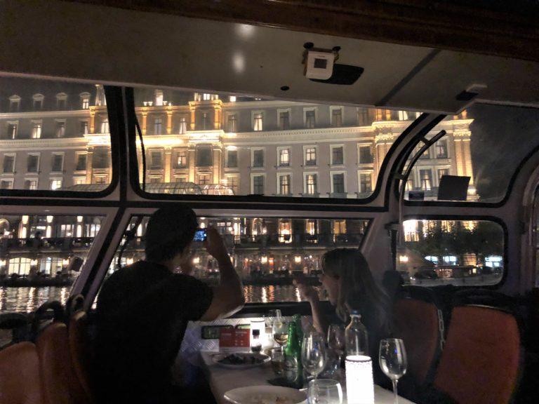 アムステルダムのLovers Canal Cruisesのディナークルーズ船内の様子