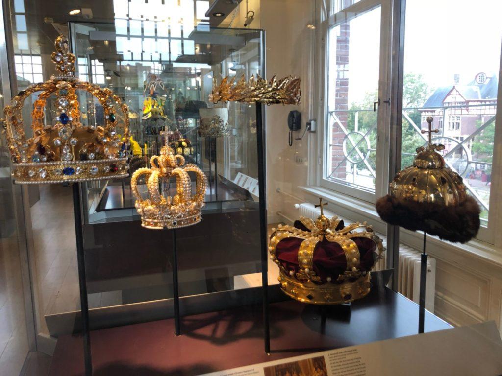 アムステルダムのダイヤモンド博物館(Diamant Museum)に展示されている、ティアラや王冠