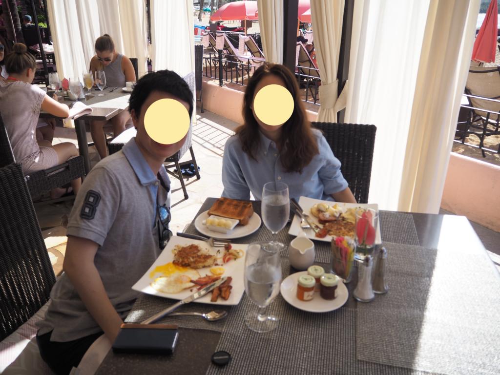 ロイヤルハワイアンホテル(The Royal Hawaiian)内のサーフラナイ(Surflanai)で朝食をとった際の私たち