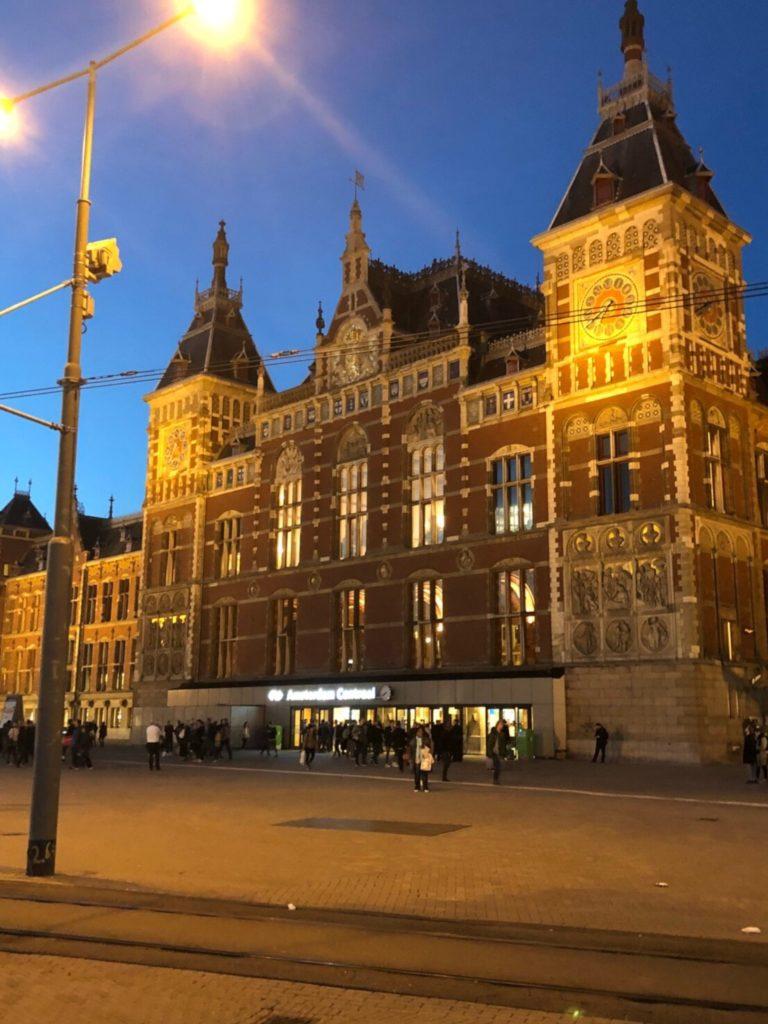 夜のアムステルダム中央駅(Station Amsterdam Centraal)