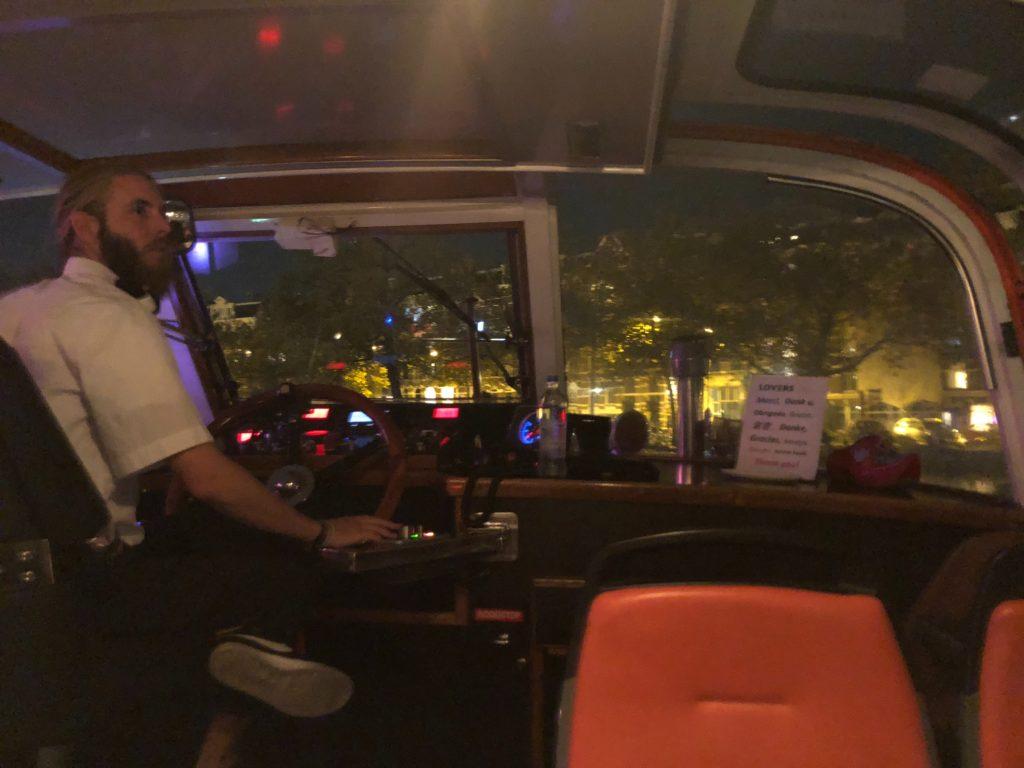 アムステルダムのLovers Canal Cruisesのディナークルーズのキャプテン