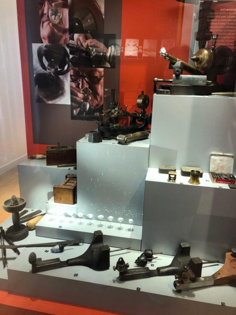 アムステルダムのダイヤモンド博物館(Diamant Museum)に展示されている、加工や研磨に使う道具