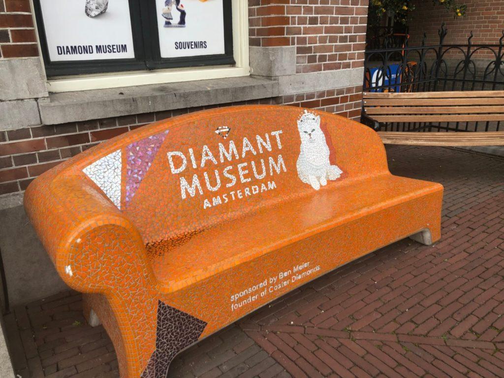 アムステルダムのダイヤモンド博物館(Diamant Museum)の外のベンチ