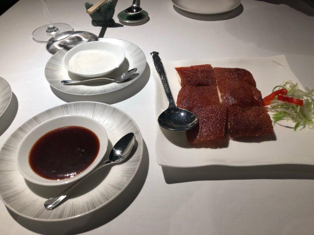 インターコンチネンタル香港内のレストラン、欣圖軒、Yan Toh Heen(ヤントーヒン)の仔豚の皮のロースト(Barbecued Suckling Pig)