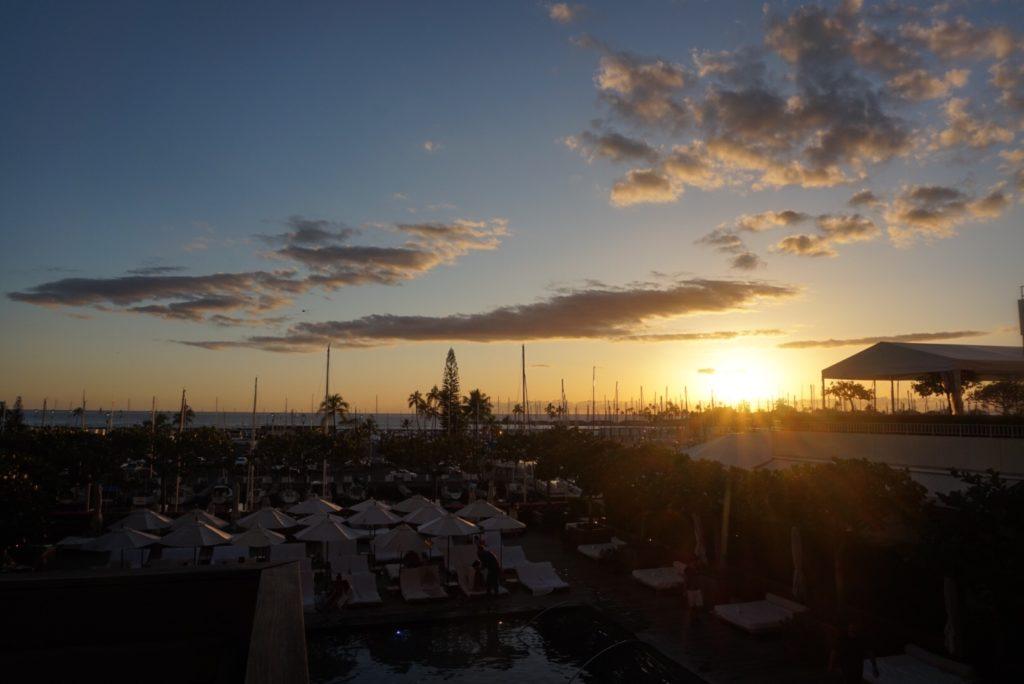 ハワイのホテル、The Modern Honolulu(ザ モダン ホノルル)のサンセットプールから見えるサンセット