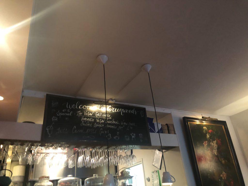 アムステルダムのGreenwoods Singel店内にある黒板に書かれたジュース