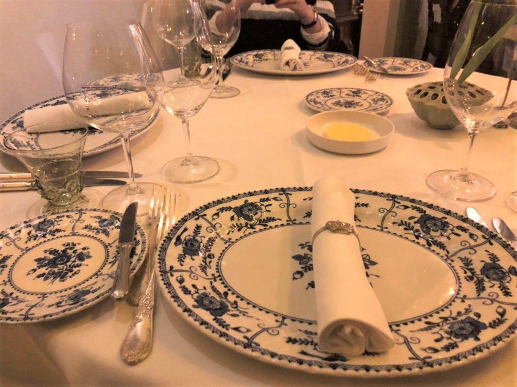 アムステルダムのレストラン、De Silveren Spiegelで使用されているデルフト焼きの食器
