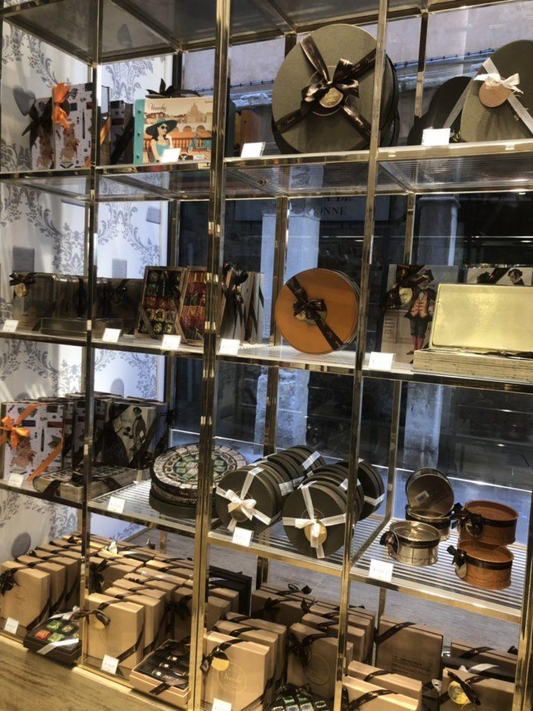 ヴェネツィアのvenchi店内で販売されている箱入りのチョコレート